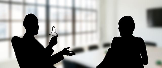 Detektei Beratungsgespräch erfahrenen Detektive beraten im Detektivbüro